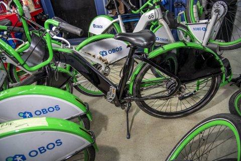 Noen har svartmalt den grønne og hvite bysykkelen.