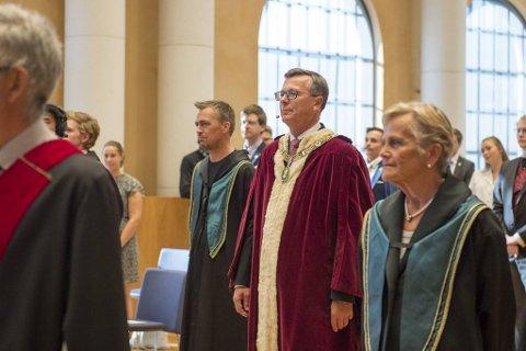 Rektor ved Universitetet i Bergen, Dag Rune Olsen, er bekymret for at studentene samles privat etter midnatt under fadderuken.