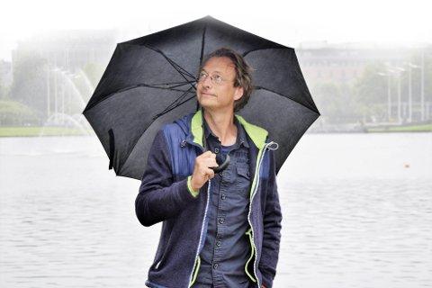 Bjørn Olaf Johannessen har skrevet roman om en mann som er redd for å holde avskjedstale på jobben.  Foto: Marie Mundal