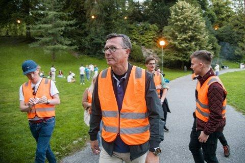 Rektor ved UIB, Dag Rune Olsen, mener studentene oppførte seg pent og pyntelig da han gikk faddervakt sent tirsdag kveld.