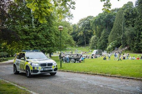 Onsdag kveld foregikk festen som før i Nygårdsparken. Politiet patruljerte rolig gjennom parken.