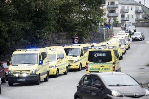 Ambulansene står i kø for å ta seg av potensielle knivofre i forbindelse med trussledramaet ved Bergen Legevakt torsdag. Dette ble den ultimate beredskapstesten for byens politi- og redningspersonell.