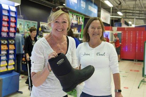 Britt Sandra Jægersen (til v.) har akkurat plukket opp et par nettbestilte sko i skranken på Obs Horisont. Venninnen Nina Skage Gregoriussen er også en ivrig netthandler.