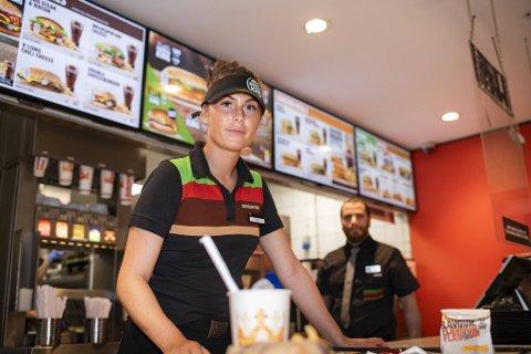 Diana Varøy (19) jobber hos Burger King på Bergen storsenter. Burgerkjeden har planer om å ansette mange flere i bergensområdet fremover.