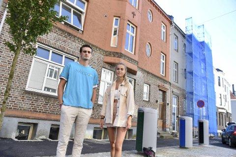 Håkon Eriksen og Rebekka Marstein utenfor leiligheten som ble bombadert med egg.