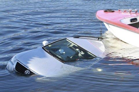 Det gikk galt under sjøsetting av en båt i Os søndag.