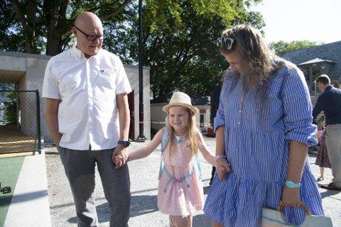 Lykke Elida (6) har gledet seg hele sommeren til å begynne på skolen. Her sammen med pappa Rune Bakervik og mamma Viviann Skaten Nesse første skoledag.