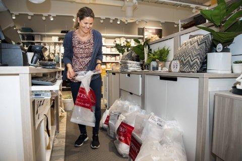 På Princess Lagunen har assisterende butikksjef Anette Fjellby en travel mandag. Her er hun i ferd med å pakke alle nettbestillingene som har tikket inn i løpet av helgen.