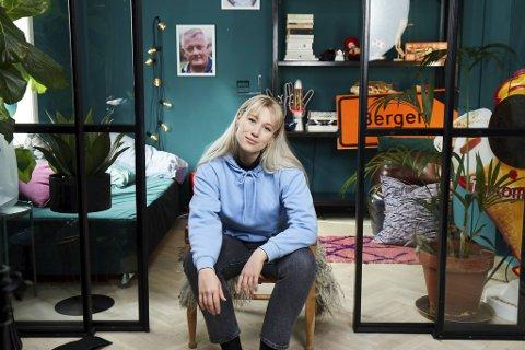Maria Stavang skal gi unge håpefulle en guide til voksenlivet i den nye TV-serien Voksensmerter.