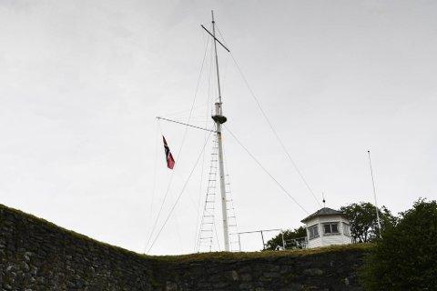 Flagget er heist på Fredriksberg på Nordnes, til glede for naboene.