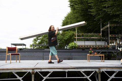 Hånden og ånden: Er to sider av samme sak for Anne Randine Øverby. I tre uker har hun rigget opp scenen på Bergenhus festning for de kommende utekonsertene og sommeroperaen «Madame Butterfly» som har premiere på fredag. Foto: Rune Johansen