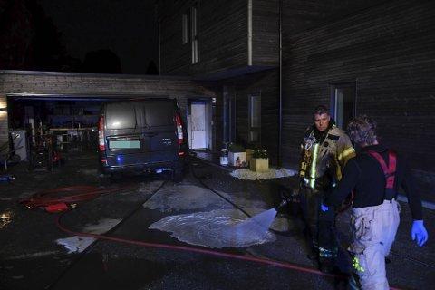 En bil ble rullet ut av garasjen.