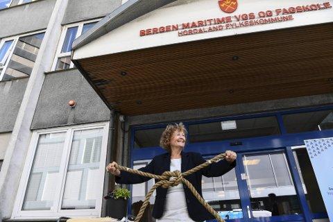 Rektor på den nye skolen, Tove Føsund, håper fylket griper ned i lommeboken og bevilger penger til nytt skolebygg før desember.