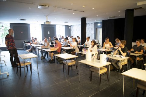 UiB har økt kapasiteten på undervisningsrom i høst. Her foreleser førsteamanuensis Bjørn Sandvik for studenter i samfunnsøkonomi i leide lokaler på Ugla i Olav Kyrres gate.