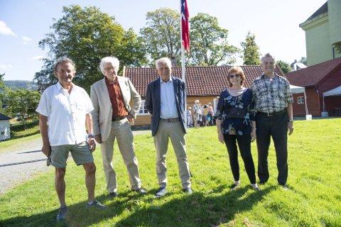 Tidligere elever ved Holen skole møtte opp for å markere skolens 100-års dag. Fra venstre: Ole Hilmer Iversen (75) og storebroren Tore Olav Iversen (81), Arne Jakobsen (80), Karen Villanger (80) og ektemannen Terje Villanger (79). Sistnevnte er ikke tidligere elev av skolen.