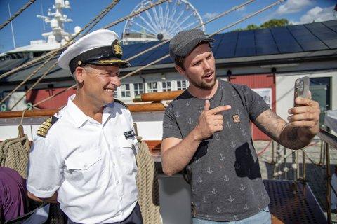 Samuel Massie gjorde intervjuer og tok selfie med kaptein Marcus Seidl da «Statsraad Lehmkuhl» presenterte sine jorden rundt-planer.