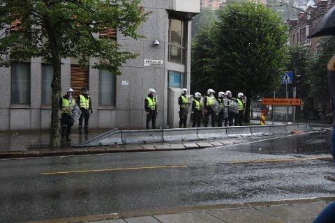 Politiet har oppbemannet rundt politihuset etter at flere ungdommer har samlet seg utenfor.