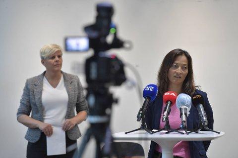 Smittevernoverlege i Bergen Karina Koller Løland med helsebyråd Beate Husa (KrF) i bakgrunnen.