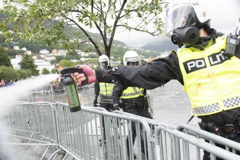 Politiet brukte pepperspray for å få kontroll på situasjonen på Festplassen, og også i etterkant av demonstrasjonen.