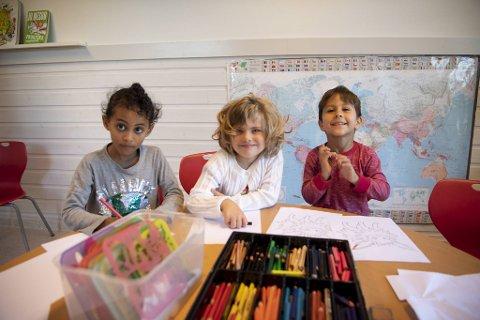 – Det er kjempekjekt i barnehagen, sier Malena (5 1/2, i midten). Her er hun sammen med Marta (5 1/2) og Dev Andreas (4). Edvard (4) ville ikke være med på bildet.