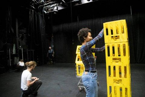 Ameli Isungset Agbota (til høyre) og regissør Annika Silkeberg skal på få dager lage en fremføring av Athena Farrokhzads «Brev til ei krigarske 2». Det blir en urfremføring på norsk under Bergen Dramatikkfestival på Cornerteateret denne helgen.