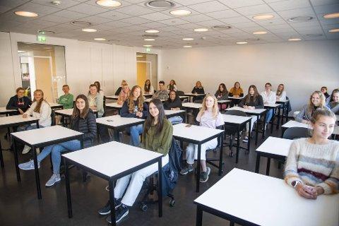 – Gutter har en tendens til å være mer høylydte, men her er det veldig stille i timene, sier Jenni Elvine Sandvik Brekke (nummer to fra venstre).
