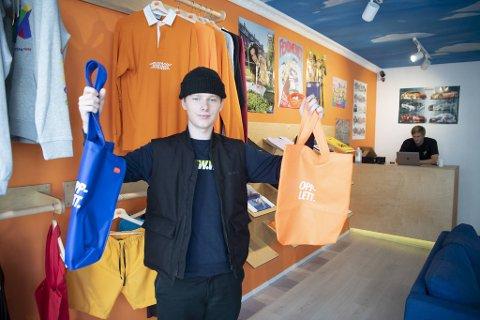 Mathias Sormerud Bjørgo (18) i Opplett Norge viser frem siste nytt, som blant annet selges her i klesbutikken Homesick i Gågaten. I tillegg til å være moteriktig, bidrar de vanntette bærenettene til redusert plastposeforbruk og ressurssløsing.