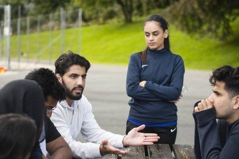 Ammal Khan (18, f.v.), Hira Azeem (19), Saad Azeem (21), Ahmad Fardin Rasooli (24), Rameen Ahmed (22) og Mohammad Yasar (22) snakker om hvordan det er å være ung muslim i Bergen, sett i lys av den dramatiske Sian-demonstrasjonen.