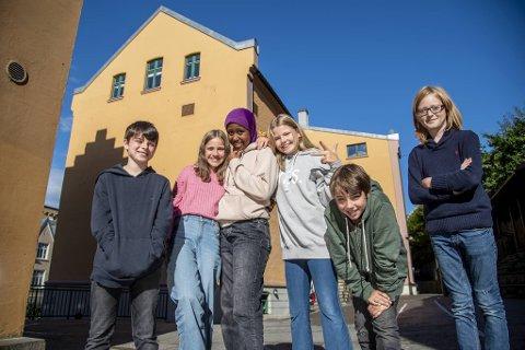 7.klassingene (fra venstre) Sean McPartland (11), Eva Tvinnereim (11), Najma Mohammed Abdifithi (12), Anna Hatlem Øvrebotten (11), Georg Grung (12) og Thor Erland Sluik (12) gleder seg over å være blant de eldste på skolen. - Men lykken er kortvarig. Neste år er vi de yngste igjen, sier Thor Erland Sluik.