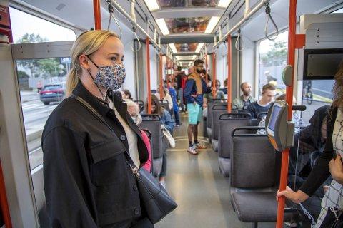 I midten av august var Benedikte Flem Pettersen en av få som brukte ansiktsmaske på Bybanen. Fortsatt anbefaler ikke helsemyndighetene munnbind på kollektivtransport i Bergen.