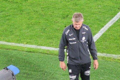 En veldig skuffet Lars Arne Nilsen tusler ut av Stadion for siste gang som Brann-trener.