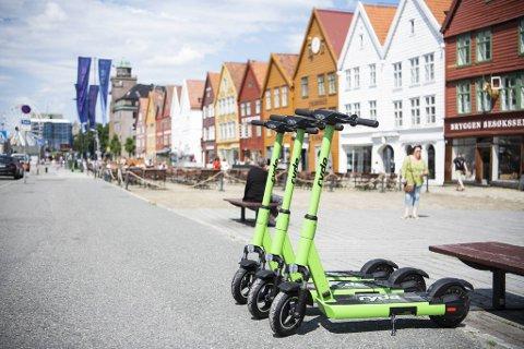 Uvettig løperhjulkjøring og en merkbar økning i personskader gjør at politiet lover å ta affære. Her står tre utleiesykler parkert på Bryggen.