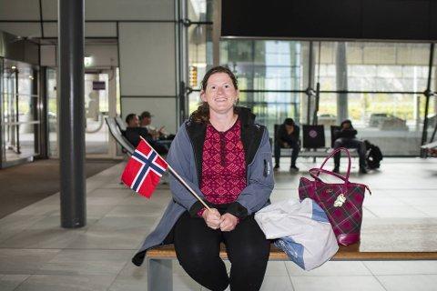 Elisabeth Andreassen synes vi bør stenge grensene fordi smittetallene har begynt å øke igjen.