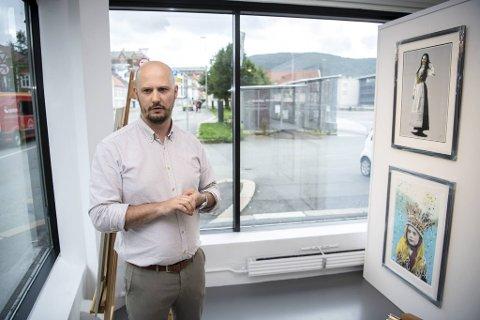 """Bildet oppe til høyre viser Pyritt sitt """"Mai 2020"""", av en bunadsjente med munnbind. - En godt eksempel på koronakunst som har solgt godt, sier Christer Holm."""