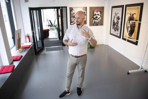 - Et bilde her hos Gategalleriet starter på 1000 kroner, mens det dyreste som er solgt er et av AFK til 200.000 kroner, forteller gallerieier Christer Holm.
