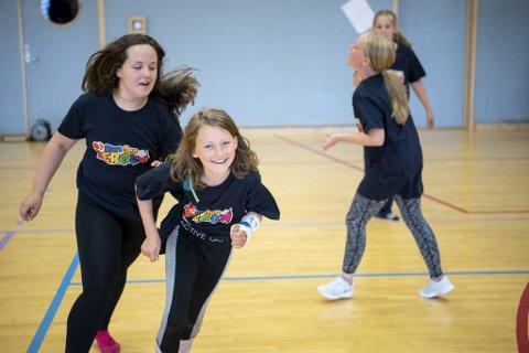 Jessica Hamre (13) løper i full fart etter Ariane Haugervåg Agledal (11) under dansetikken.