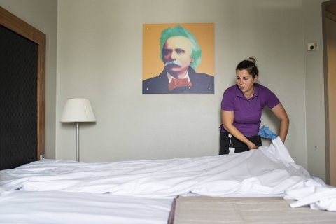 Pakize Velija fra Fyllingsdalen er i full gang med å legge på sengetøy og skifte håndklær på ett av Edvard Grieg-hotellets 373 rom. Fredag må alt være klart til innrykk.
