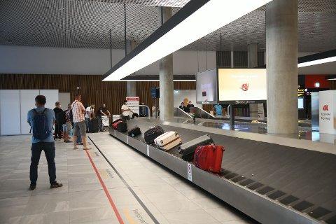 Turistene gikk rett til bagasjebåndet for å vente på bagasjen.
