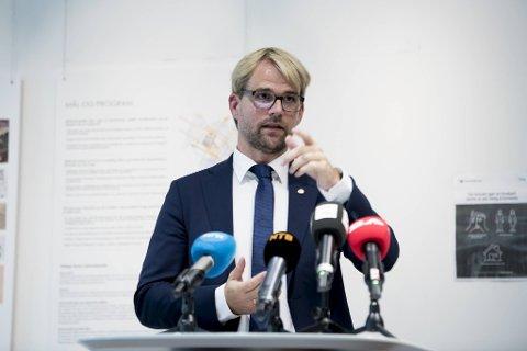 BYRÅDSLEDER: Roger Valhammer formidler regjeringens vedtak. Han og kommunen må forholde seg til vedtakene, men er ikke sikker på om skjenkestopp ved midnatt er en god idé.