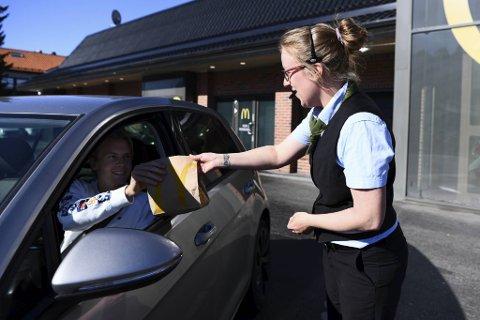 Assisterende restaurantsjef Mariell Walle leverer lunsjposen til Fredrik Holmefjord Solbakken (20). Studenten kommer kjørende til McDonald's i mammas grå el-bil.