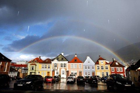 Det skal fortsatt dryppe gjennom helgen i Bergen, men til uken kan det fort hende vi ser glimt av sol.