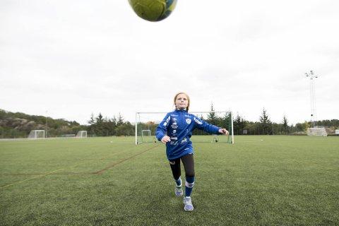 Åtte år gamle Olivia Johansen skal igjen få spille sammen med fotballaget sitt, etter at IL Skjergard nå har tatt en helomvending i sin tidligere uttalelse om at klubben ønsker rene jente- og guttelag.