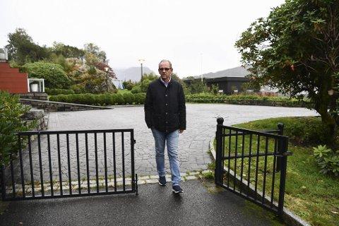 Johnny Pedersen og de andre beboerne i Sameiet Våganeset Terrasse AS tapte i lagmannsretten. Nå kan naboene fritt krysse det brosteinsbelagte området bak ham.