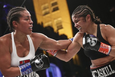 Cecilia Brækhus (t.v.) fortsetter boksekarrieren og går omkamp mot Jessica McCaskill på nyåret.