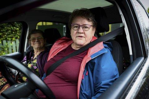 Mirsada Sivcevic (t.h.) er frustrert over å aldri finne parkering utenfor huset. Her er hun sammen med søsteren Fatima.