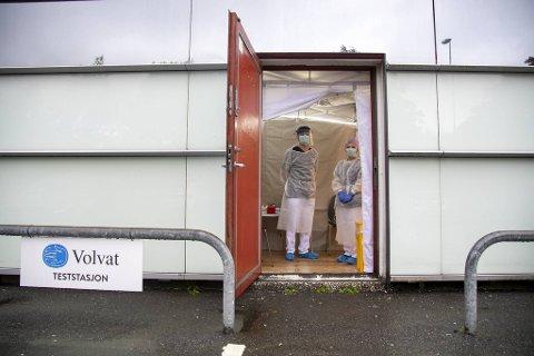 I en nedlagt butikk har Volvat fått rigge til et telt som nå huser en koronateststasjon. Bjarte Hordvik Rydland og Victoria Volden var på vakt tirsdag ettermiddag.