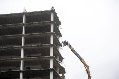 De resterende elleve etasjene av fylkesbygget skal tygges ned av langriveren.