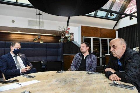 – Vi føler vi må betale for at det ikke har vært god nok kontroll i resten av samfunnet, sier direktør Frank Ove Wennevik, hovedtillitsvalgt på Radisson Blu, Chris Fauske-Grinde og leder for hotell- og restaurantarbeiderne på Vestlandet, Djevat Hisenaj.