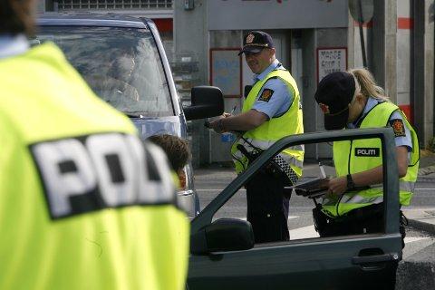 Politiet deler stadig ut bøter til bilister som snakker i mobilen når de kjører.  Her fra en tidligere kontroll i Bergen.