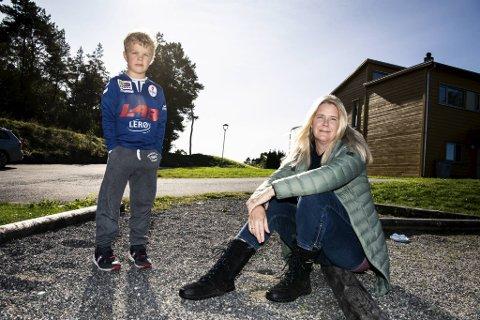 Anna Ågot Skjoldal må være hjemme med sønnen Nikolai (6) fordi en ansatt ved Søråshøgda skole har fått påvist smitte.